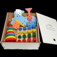 """Эко подарочный  набор, шнуровка «Паровоз» +  игра """"Цветные цилиндры""""+ Пирамидка «Кольцевая»+ подарочная коробка"""