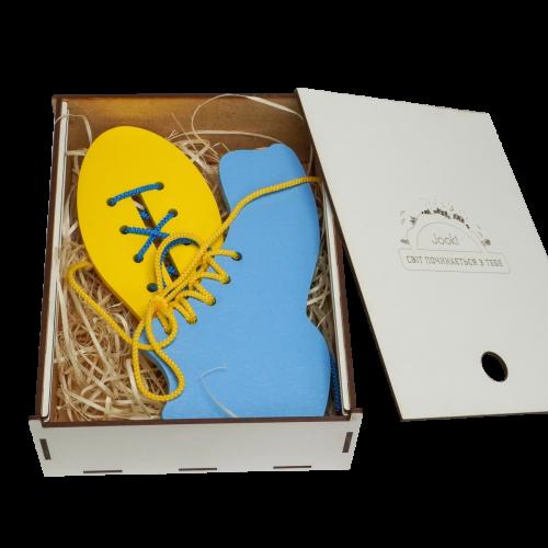 Эко подарочный набор,  детская развивающая игрушка  шнуровка «Ботинок и кед» + подарочная коробка
